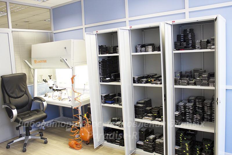 Рабочее место специалиста по работам внутри гермозоны жесткого диска