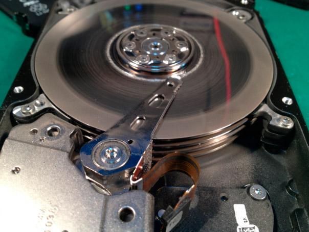 Спиленная поверхность пластин на диске после падения
